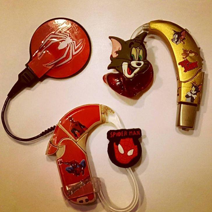 Maman décore les appareils auditifs de son enfant afin qu'il se sente à l'aise en les portant